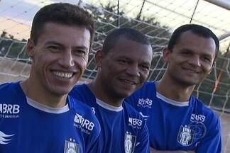 Globo Esporte DF: Ceilândia lidera no embalo do ataque centenário - Comandado pelos veteranos Dimba, Allan Delon e Cassius, que juntos somam mais de 100 anos, o Gato Preto é um dos destaques do Candangão