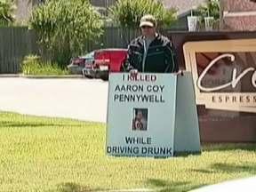 Americano que matou por dirigir bêbado vai exibir placa anunciando o crime - Durante quatro sábados, Michael Giacona vai exibir uma placa anunciando o crime que cometeu. Dirigir bêbado e matar o motorista de outro carro. Michael foi condenado também a um ano de prisão.
