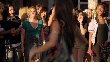Monalisa expulsa Suelen do salão - A periguete conta para a cabeleireira que Olenka está saindo com Iran, mas ela não acredita. Monalisa fica furiosa ao ver Silas ajudando Suelen