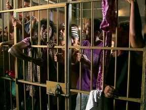 Bandido quer saber por que os ricos não vão para a cadeia - Apresentador diz que é porque as penitenciárias não têm nível para recebê-los, mas garante que isso vai mudar