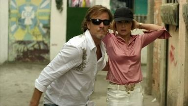 Carminha e Max se escondem dos bandidos - Moreira descobre que Carminha fugiu com Max e manda os seus comparsas em busca do casal