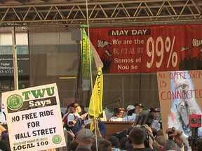 Manifestantes protestam em várias cidades dos EUA - Os manifestantes fizeram passeata e protestaram em frente a agências bancárias. No fim do dia, os protestos se concentraram em Wall Street, o centro financeiro de Nova York.