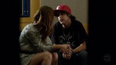 Tomás tenta beijar Débora - Cadinho se desespera ao pensar que os filhos saíram juntos e não consegue ficar com Verônica. Enquanto isso, Tomás mostra suas músicas para Débora