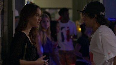Débora estranha comportamento de Tomás - Depois da conversa com Cadinho, o rapaz pede para ir embora da boate