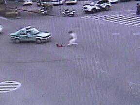 Bebê cai de carro na China e motorista abandona veículo para socorrer a criança - Em um cruzamento movimentado, a porta de um carro se abre e uma criança cai. O motorista sai do veículo desesperado para socorrer a filha, de 4 anos. A menina só teve alguns arranhões.