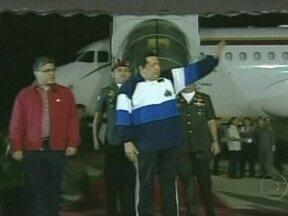 Hugo Chávez diz que sessões de radioterapia foram bem-sucedidas - O presidente de Venezuela apareceu andando, desmentindo os rumores de que ele estaria debilitado. Ele passou as duas últimas semanas em Cuba para tratar de um segundo câncer.
