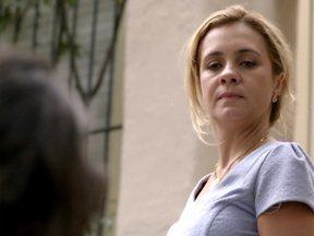 Carminha agride Betânia pensando se tratar de Rita - Nina socorre a amiga