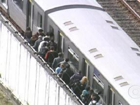 Acidente entre dois trens deixa mais de cem feridos em SP - Um trem cheio de passageiros bateu em um outro que estava parado no meio da linha e que levava apenas o maquinista. O presidente do metrô disse que o problema foi provocado por uma falha no cartão que controla automaticamente a velocidade do trem.