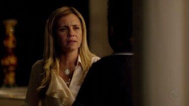 Carminha se enfurece com demora de Nilo - Tufão chama a esposa para jogar um carteado e ela pede para Zezé avisá-la caso Nilo apareça