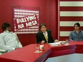 Cassetas apresentam o programa 'Bullying na Mesa' - Um jornalista e um psicólogo fazem uma mesa redonda para discutir o bulliyng com um garoto