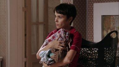 Nina mente para Jorginho - Ela garante que não conhecia Carminha e diz que o jogador está sendo manipulado pela mãe. Tufão interrompe a conversa e avisa Nina que pretende fazer uma horta na mansão
