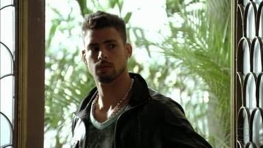 Jorginho deixa Carminha aliviada - O jogador fica desconfiado quando vê Max com o olho machucado e garante para a mãe que não há possibilidade de Rita estar grávida dele