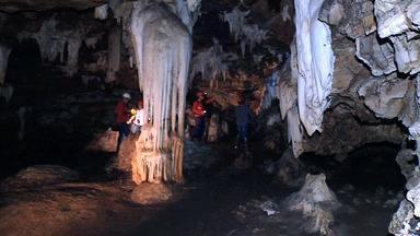 É Bem MT desvenda os mistérios da maior caverna de Mato Grosso - Parte 02 - Um mundo oculto! São 4 km de extensão e apenas uma entrada. Ele fica na Serra do Padre Inácio na região do município de Curvelândia, noroeste de MT, a 311 km de distância de Cuiabá.
