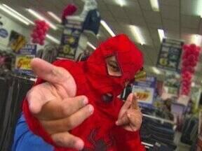 """""""Homem-Aranha"""" de Itapetininga pára o trânsito dançando axé music, funk e outros ritmos - Revista revela a identidade do """"super-heroi"""" que faz de tudo para atrair clientes para lojas da cidade"""