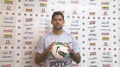 Apesar da paralisação do Brasileirão da Série C, o Santa Cruz traz novidades - Duas novas contratações: o lateral-esquerdo Jefferson e o goleiro Fred.