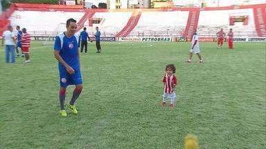 Jogador do Náutico escala família para torcer pelo time neste sábado - Lúcio trouxe irmão e sobrinho para assistir o treino. No jogo contra o Cruzeiro, a família garante fazer parte da torcida.