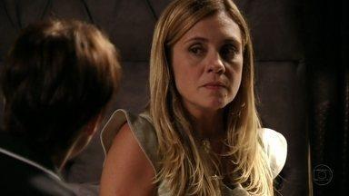 Nina convence Carminha a aceitar sua ajuda - Ela faz a patroa acreditar que pode resolver seu problema