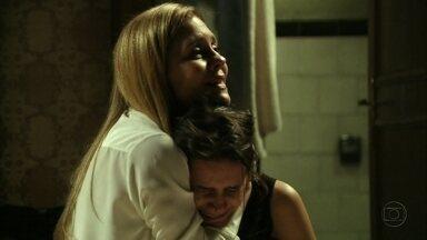 Carminha promete ajudar Rita - A megera acredita no teatro armado por Nina e Betânia