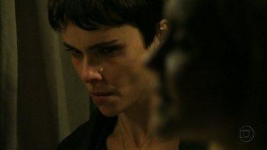 Nina chora ao ver Carminha cuidar de Betânia - A cozinheira fica incomodada com a falsidade da patroa