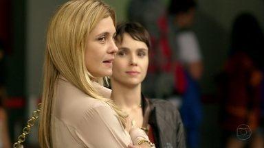 Carminha acredita que se livrou de Rita - A megera agradece Nina por tê-la ajudado a despachar a enteada. Na Avenida Brasil, Betânia desce do ônibus e pega um táxi