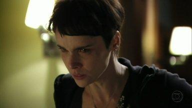 Nina descobre mais crimes de Carminha - Além de contar que a megera é a mãe biológica de Jorginho, Nilo revela que ela é fichada na polícia