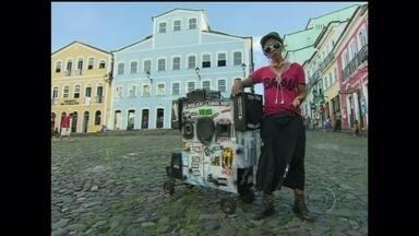 Serginho apresenta o trabalho da artistas de rua Ana Dumas - A artista movimenta Salvador com seu carrinho multimídia