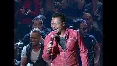 """Sorriso Maroto canta tema de Leleco em Avenida Brasil - Banda agita a plateia com o sucesso """"Assim você mata o papai"""""""