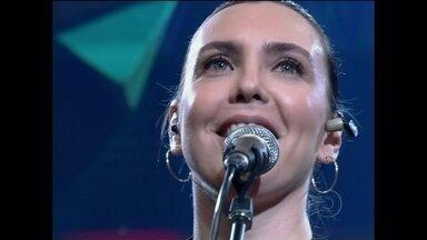 """Adriana Calcanhoto canta no Altas Horas - Cantora se apresenta com a música """"Mais perfumado"""""""