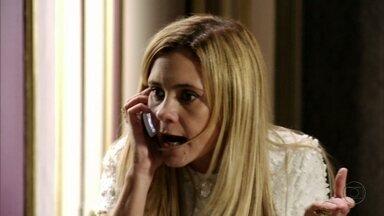 Carminha liga para Neide - Débora conta para a megera que Jorginho a viu na casa de Neide. Nina sugere que Débora procure Lucinda
