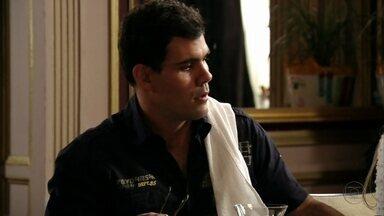 Adauto avisa que Nina saiu com Débora - Sem notícias de Jorginho, Carminha se desespera