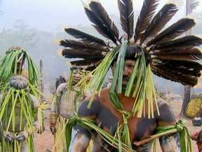 Ceia, cânticos e batalha tribal fazem parte de ritual espiritual dos Enawenê - Nos dois meses que os Enawenê ficam nas barragens, uma parte da tribo permanece na aldeia. São os Harekare, os anfitriões. É na casa dos espíritos aonde os Enawenê guardam tudo para a cerimônia do Yaokwa.