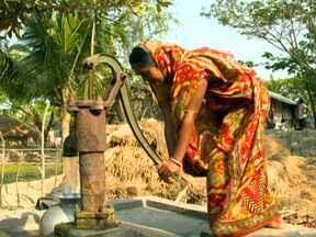 Um bilhão de pessoas no mundo não têm acesso à água limpa - Nos Estados Unidos, um imenso centro de tratamento faz o esgoto virar água boa para ser ingerida. De cada cem litros de água, menos de três são água doce. E esses dois não estão ao nosso alcance.