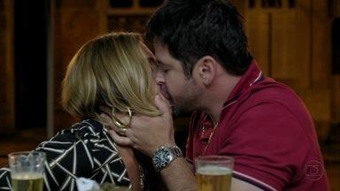 Avenida Brasil - Capítulo de quinta-feira, dia 14/06/2012, na íntegra - Tufão e Monalisa se beijam