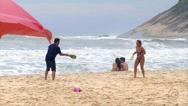 Tufão e Monalisa se divertem jogando frescoball - Os dois se divertem e relembram momentos do passado