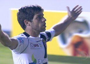Vasco empata com o Palmeiras, mas segue como líder do Brasileirão - Em São Paulo, o Palmeiras saiu na frente com um gol de Mazinho. Mas Juninho Pernambucano empatou a partida para o Vasco. No Rio, o Flamengo venceu o time reserva do Santos por 1 a 0. Já o Corinthians perdeu para a Ponte Preta e é o lanterna.
