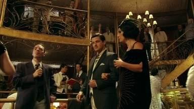 Cap. 18/06 - Cena: No Bataclã, Tonico fala de Zarolha - Na animada noite, ele pede a ajuda de Maria Machadão para se aproximar dela. Esperta, a dona do Bordel o apresenta para outra moça