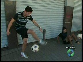Arte de dominar a bola leva paranaense à disputa de competição nacional - Jovem de Paranavaí é destaque no futebol estilo-livre