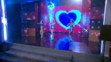 """Cap. 25/6 - Cena: Empreguetes cantam """"Marias Brasileiras"""" - O público ovaciona o trio. Gentil entrega o troféu para as meninas, elogia Penha e Sandro morre de ciúme"""