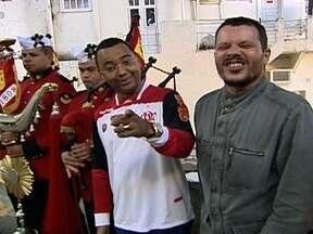 Dudu Nobre e Toni Platão ensaiam os hinos de Flamengo e Fluminense para festa do clássico - Cantores participam do ensaio com a Banda dos Fuzileiros Navais para a comemoração do centenário Fla-Flu.