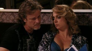 Max tenta falar com Ivana sobre negócios - O malandro tenta convencer a esposa a montar um resort com o dinheiro da venda dos salões, mas ela não dá atenção