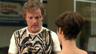 Max não atende às ligações de Carminha - Em crise, o malandro desabafa com Nina e ela promete cuidar dele. A megera fica furiosa com a demora do amante