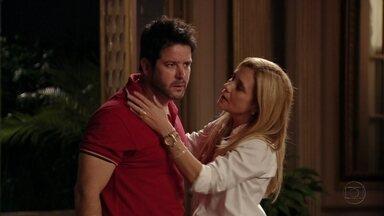 Tufão se irrita ao saber que Nina saiu com namorado - Ivana não consegue falar com Max e fica nervosa. Ela desconfia que o marido tenha uma amante e desabafa com Carminha. Tufão pergunta por Nina e Zezé diz que ela saiu para se encontrar com um homem