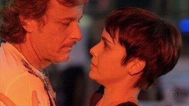 Nina dança com Max - Para justificar os ferimentos do malandro, ela o aconselha a inventar que foi vítima de um sequestro-relâmpago. Max convida Nina para dançar e, sutilmente, ela o repele para não ser beijada