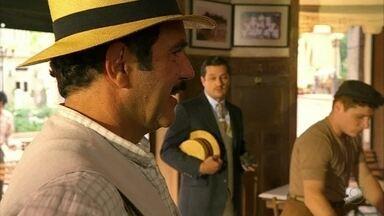 Cap. 28/6 - Cena: Só Nacib está feliz em Ilhéus - Todos os homens estão de mau humor por causa da greve das quengas. Tonico percebe a felicidade do comerciante