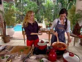 Aos 16 anos, Bruna Marquezine mostra que é prendada e ensina a preparar filé de cação - A atriz ensina receita completa de filé de cação ao molho branco e molho de camarão, acompanhado de arroz de amêndoas