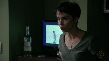 Nina expulsa amigos de Nilo - A cozinheira pergunta ao malandro porque ele contou a Carminha que Rita voltou