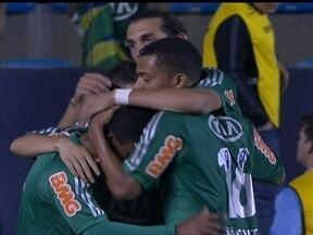 Palmeiras consegue sua primeira vitória no Campeonato Brasileiro sobre o Figueirense - O Globo Esporte destaca os gols de virada da partida.