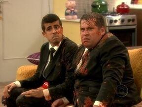 Chuva de tomates agitou episódio de Os Caras de Pau. Confira os bastidores - Pedrão e Jorginho passam pelas maiores confusões no programa