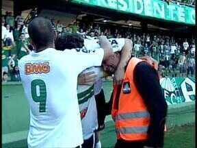 Comemoração inusitada marca derrota do Coritiba - Tcheco, destaque no início do jogo, quando o Coxa abriu dois gols de vantagem, fez festa com o segurança antes da virada do Sport