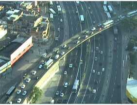 Linha Vermelha e Avenida Brasil têm retenções - Os motoristas não encontram lentidão na saída da Barra da Tijuca em direção a Zona Sul da cidade.